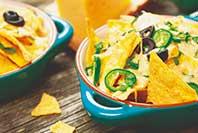 pikantny sos serowy do nachos z wykorzystaniem kremowych serków Hochland Gouda i Edamski