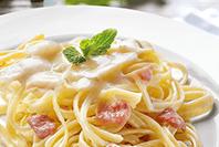 spaghetti z sosem serowym z kremowymi serkami Hochland Cztery sery